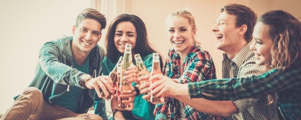 Group-friends-pizza-beer-party-©-Nejron-Dreamstime-40984538-e1433276265540-1000x399